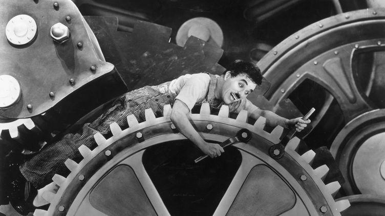 """Charlie Chaplin dans le film : """"Les temps modernes"""", en 1936. (HULTON ARCHIVE / ARCHIVE PHOTOS)"""