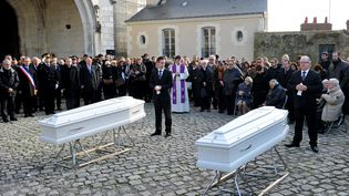 Amis et parents de deux victimes de l'attentat terroriste de Paris, Anna et Marion Petardse sont rassemblés devant les cercueils des deux sœurs à l'extérieur du la cathédrale Saint-Louis de Blois, le 23 Novembre 2015 (GUILLAUME SOUVANT / AFP)