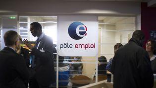 Des demandeurs d'emploi attendent dans une agence Pôle emploi de Pantin (Seine-Saint-Denis), le 25 mars 2013. (FRED DUFOUR / AFP)