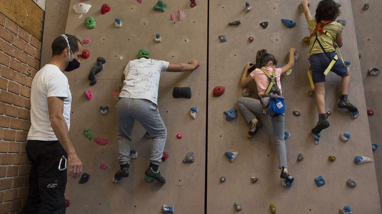 La pratique de l'escalade permet à Mazen (g) de mieux vivre son autisme.  (ADELINEMONNIER)