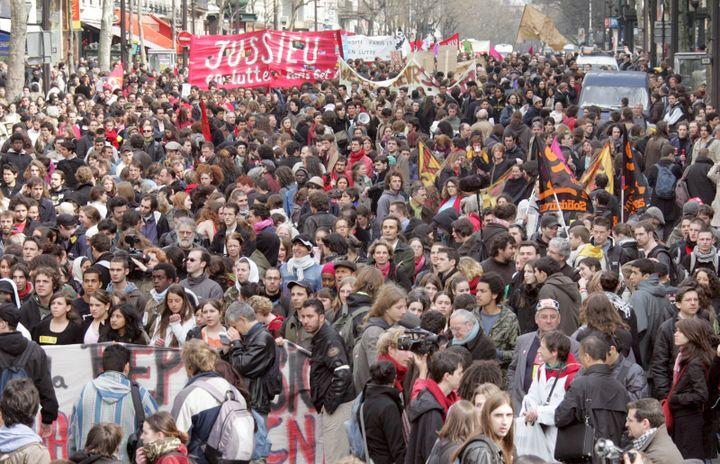 Lors d'une manifestation contre le Contrat nouvelleembauche (CNE), le 11 avril 2006 à Paris. (JACK GUEZ / AFP)
