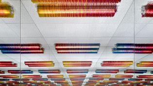 A Chance to Cut is a Chance to Care Office Party. Cette guirlande colorée se fixe sur un néon standard.Lorsqu'elle est installée, la guirlande transforme la lumière rude du néon en un joyeux mélange de couleurs. Cette édition est le suivi d'une installation réalisée pour Portikus en 2013. Appareils de néon standard, feuille de plastique, sls éléments imprimés, corde 20/30/160 cm Edition festive de 20 pièces pour Portikus, Frankfurt am Main 20/30/120 Cm Studio Edition  (Labadie / Van Tour 2015)
