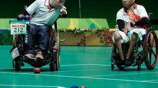 Le Japonais Takayuki Hirose(à g.)et le Thaïlandais Worawut Saengampa lors de la finale de boccia (équipe mixte, BC1-2) aux Jeux paralympiques de Rio, le 12 septembre 2016. (YASUYOSHI CHIBA / AFP)