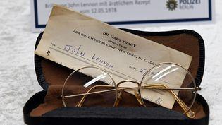 Les lunettes de John Lennon parmi les objets volés.  (Maurizio Gambarini / dpa / AFP)