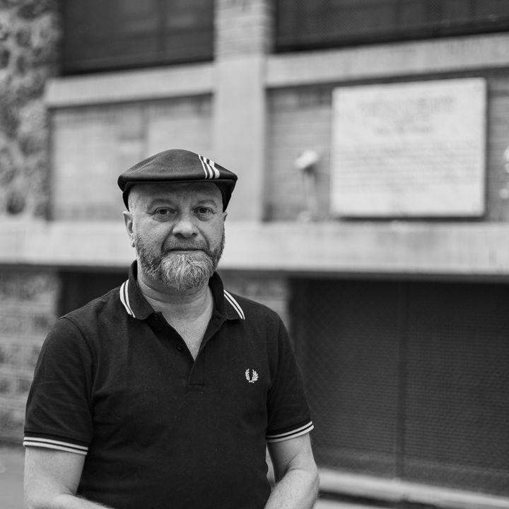 Jean-Luc Wertenschlag devant la stèle des victimes des fusillades à la terrasse de la Belle Equipe, le 13-Novembre, photographié par David Fritz-Goeppinger, l'un des otages du Bataclan. (DAVID FRITZ-GOEPPINGER POUR FRANCEINFO)