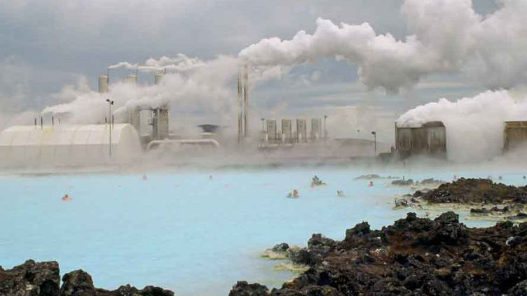 Piscine chauffée par géothermie en Islande, île fortement volcanique. (TIM GRAHAM / ROBERT HARDING HERITAGE / ROBERTHARDING)