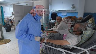 Un médecin tunisienapporte lespremiers soins aux patients du Covid-19, dans un hôpital de Tunis, le 16 juillet 2021. (FETHI BELAID / AFP)