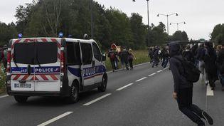 Les manifestants affrontent la police en marge de la mobilisationcontre la loi Travail, à Rennes (Ille-et-Vilaine), le 2 juin 2016. (DAMIEN MEYER / AFP)