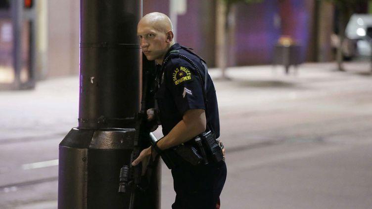 (Un policier de Dallas se protège des tirs en marge d'une manifestation ©SIPA/AP/LM Otero)