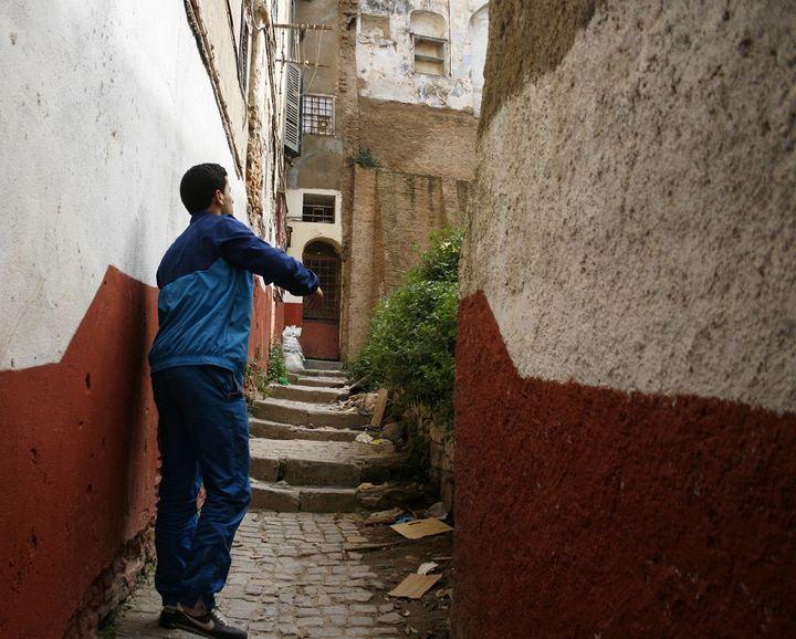 Yasin nous guide dans la Casbah d'Alger (Algérie), le 15 avril 2014, pour nous montrer un tas d'ordure derrière la maison. (GAEL COGNE / FRANCETV INFO)