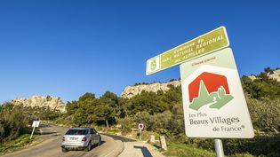 Une voiture arrive dans la commune desBaux-de-Provence (Bouches-du-Rhône), le 11 mars 2020. (CAVALIER MICHEL / HEMIS.FR / HEMIS.FR)