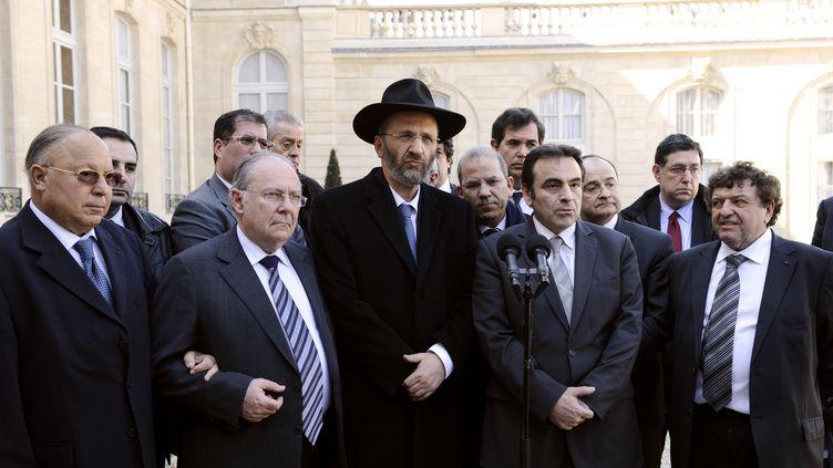De gauche à droite, le recteur de la grande mosquée de Paris,Dalil Boubakeur, le président du Crif, Richard Prasquier, le grand rabbin de France, Gilles Bernheim et d'autres représentants religieux juifs et musulmans, le 21 mars 2012 à l'Elysée. (LIONEL BONAVENTURE / AFP)