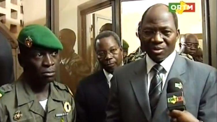 Le capitaine de la junte Amadou Sanogo (à gauche) et le ministre des Affaires étrangères burkinabè (à droite), le 6 avril 2012 à Kati, au Mali. (ORTM / AFP)