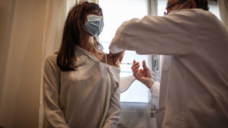 Un médecin généraliste vaccineses premiers patients avec le vaccin AstraZeneca contre leCovid-19 à son cabinet à Clamart (Hauts-de-Seine), le25 février 2021. (MAXPPP)