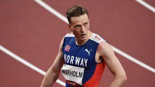 Karsten Warholm lors de sademi-finale de 400 mètres haies le 1er août à Tokyo. (YOANN CAMBEFORT / MARTI MEDIA / AFP)
