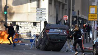 Des lycéens manifestent contre la suppression de la réforme du bacà Marseille (Bouches-du-Rhône), le 6 décembre 2018. (GERARD JULIEN / AFP)