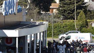 Le Super U de Trèbes, dont le boucher et un client ont été tués et lelieutenant-colonel de gendarmerie, Arnaud Beltrame mortellement blessé, le 23 mars 2018. (PASCAL PAVANI / AFP)