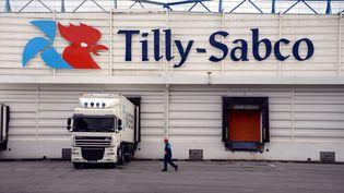 Un salarié passe devant un site de production de Tilly-Sabco, à Guerlesquin (Finistère), le 21 octobre 2013. (DAMIEN MEYER / AFP)