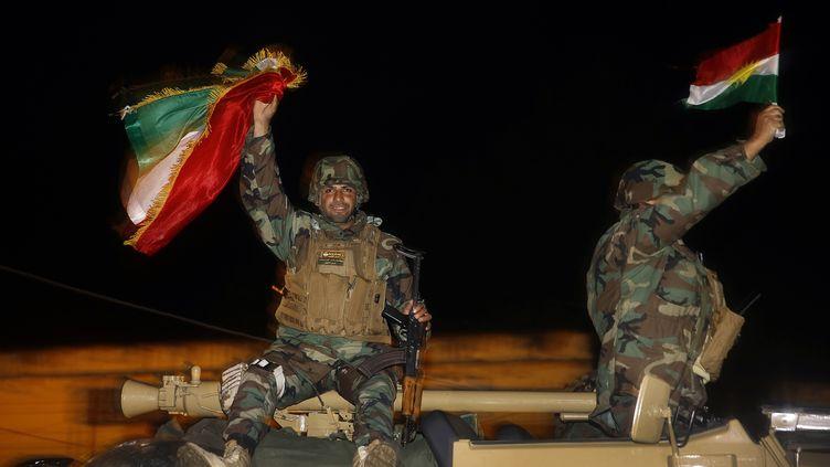 Des combattants kurdes irakiens se rendent à Kobani (Syrie), le 31 octobre 2014. (YANNIS BEHRAKIS / REUTERS)