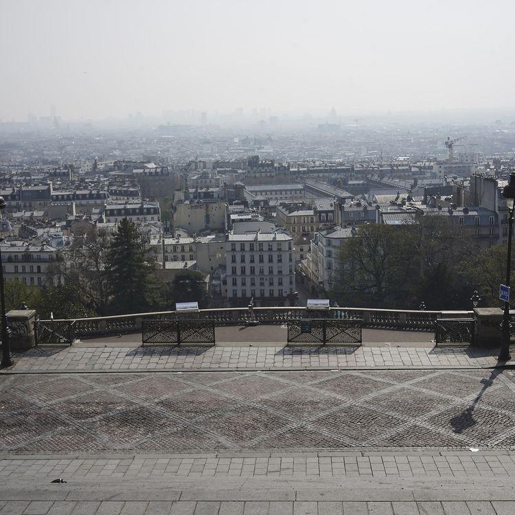 Des rues de Paris sont vides lors du premier confinement, le 28 mars 2020. (LOLA ROSSI / HANS LUCAS / AFP)