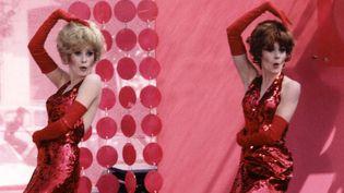 """Catherine Deneuve (Delphine) et Françoise Dorleac (Solange) dans """"Les Demoiselles de Rochefort"""" de Jacques Demy (1966)  (Photographie Hélène Jeanbreau 1966 - ciné-tamaris )"""