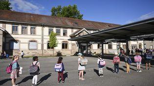 Des enfants attendent de rentrer dans leur classe dans une école de Strasbourg, le 22 juin 2020. (FREDERICK FLORIN / AFP)
