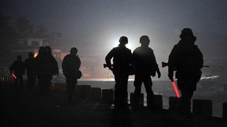 Des marines sud-coréens patrouillent sur l'île de Yeonpyeong (AFP - KOREA POOL)