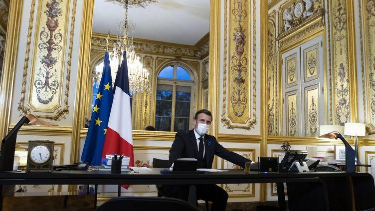 Le président Emmanuel Macron lors de son entretien téléphonique avec Joe Biden, le 10 novembre 2020 au palais de l'Elysée, à Paris. (MAXPPP)