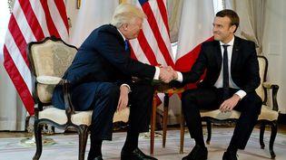 Donald Trump et Emmanuel Macron,lors de leur (très longue) poignée de main, le 25 mai à Bruxelles (Belgique). (PETER DEJONG / AFP)