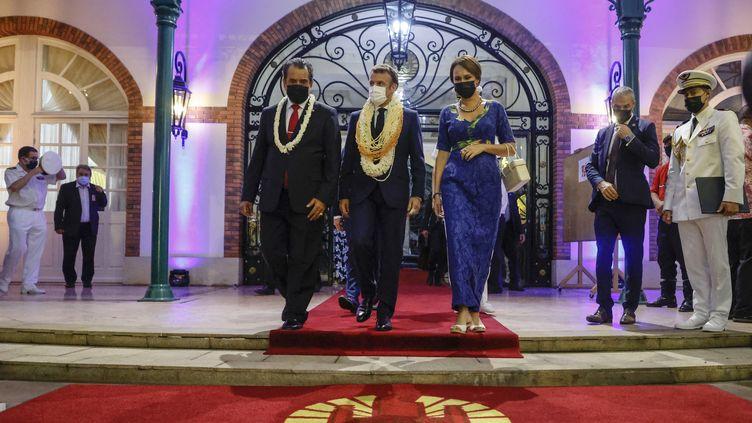 Emmanuel Macron avec le président Polynésien Edouard Fritch et son épouse Angeline Lehartel lors de la visite du chef de l'Etat français à Papeete le 27 juillet 2021. (LUDOVIC MARIN / AFP)