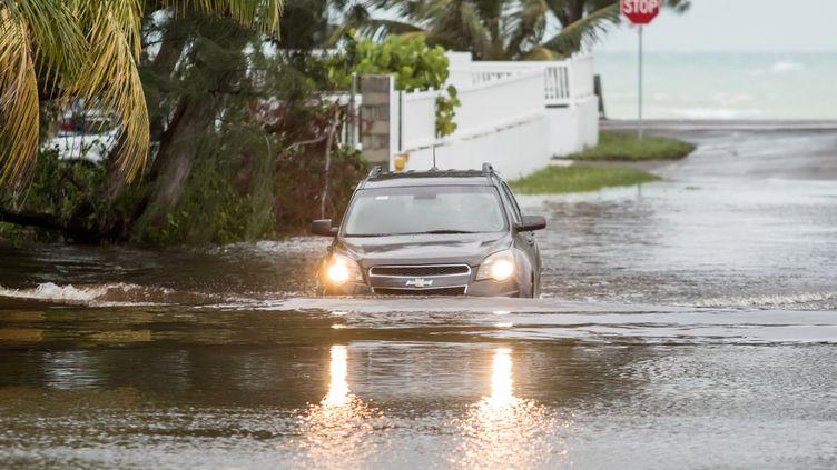 Une voiture ensevelie sur l'île de Nassau, dans les Bahamas, le 2 septembre 2019. (REUTERS)
