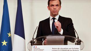 Le ministre de la Santé, Olivier Véran, donne une conférence de presse sur l'évolution de l'épidémie de Covid-19, le 25 mars 2021 à Paris. (LUDOVIC MARIN / AFP)