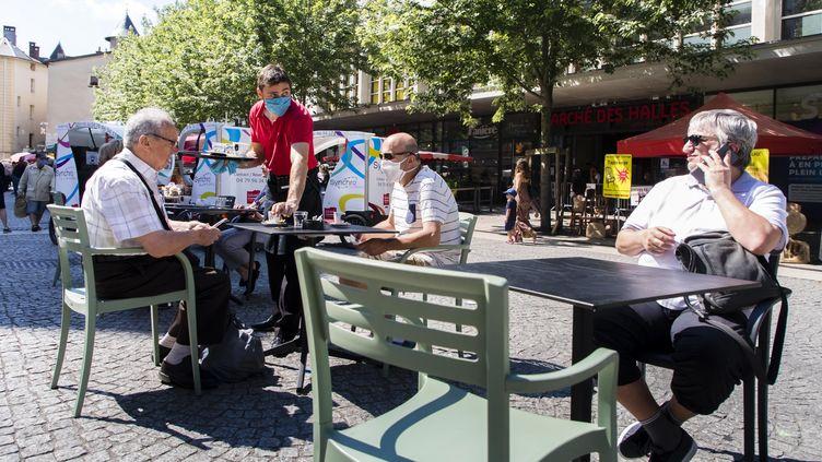 Malgré les discothèques encore fermées, les barsde Chambéry ont réouvert et accueillent lesderniers vacanciers. (VINCENT ISORE / MAXPPP)