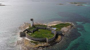 Le Fort Cigogne a été construitsur une petite îlede Fouesnant (Finistère), au XVIIIe siècle, afin de contrer les arrivées des corsaires anglais et hollandais. Les travaux de rénovation (maçonnerie, toiture, modernisation,...) doivent rendre le lieu autonome en énergie. Le montant total de la restauration est estimé à 3 millions d'euros. Le lieu accueille l'école de voile des Glénans, la plus importante d'Europe. (MARCEL MOCHET / AFP)