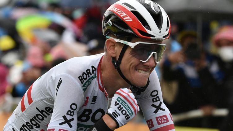Patrick Konrad serre le poing à l'arrivée de la 16e étape du Tour de France, le 13 juillet 2021. (PHILIPPE LOPEZ / AFP)