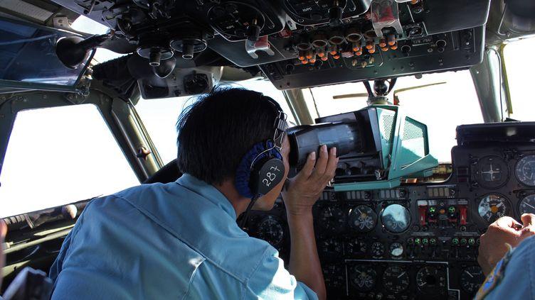 Du personnel militaire vietnamien scrute la mer à l'endroit où le contact a été perdu avec le Boieng 777 de la compagnie Malaysia Airlines, au large du Vietnam, le 8 mars 2014. (AFP)
