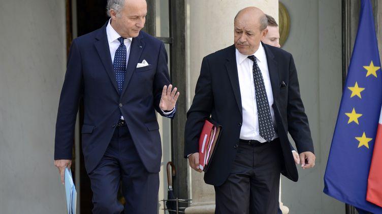 Laurent Fabius, ministre des Affaires étrangères, et Jean-Yves Le Drian, ministre de la Défense, le 28 août 2013 à Paris. (BERTRAND GUAY / AFP)