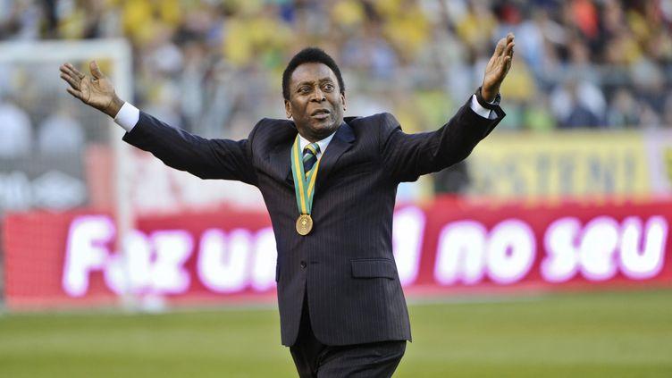 L'ancien footballeur brésilien Pelé salue la foule au stade Rasunda, près de Stockholm (Suède), le 15 août 2012. (SCANPIX-SWEDEN / AFP)