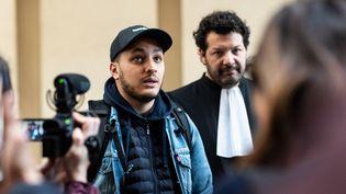 Le journaliste Taha Bouhafs et son avocat, Arié Alimi, le 25 février 2020 à Paris. (SAMUEL BOIVIN / NURPHOTO / AFP)