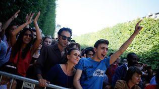 Des spectateurs assistent à un concert lors de la fête de la musique, le 21 juin 2014 à Paris. (KENZO TRIBOUILLARD / AFP)