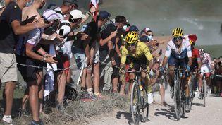 Les coureurs au passage du Plateau des Glières lors de la 18e étape du Tour de France 2020. (KENZO TRIBOUILLARD / AFP)