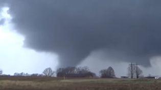 Capture d'écran d'une tornade à Sardis, dans le Mississippi (Etats-Unis), le 23 décembre 2015. (OPERATION CHASE (STORMS) / YOUTUBE)
