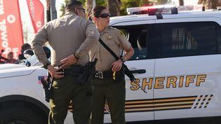 Deux officiers de police sur la scène de crime à San Bernardino (Californie), le 2 décembre 2015. (FREDERIC J. BROWN / AFP)