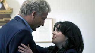 Clive Owen et Beanie Fieldstein incarnent Bill Clinton et Monica Lewinsky. (FOX / PHOTO NUMÉRIQUE)