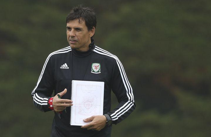 Le sélectionneur du pays de Galles, Chris Coleman,montre une fausse composition d'équipe à l'entraînement à Dinard (Ille-et-Vilaine), le 8 juin 2016. (REUTERS)