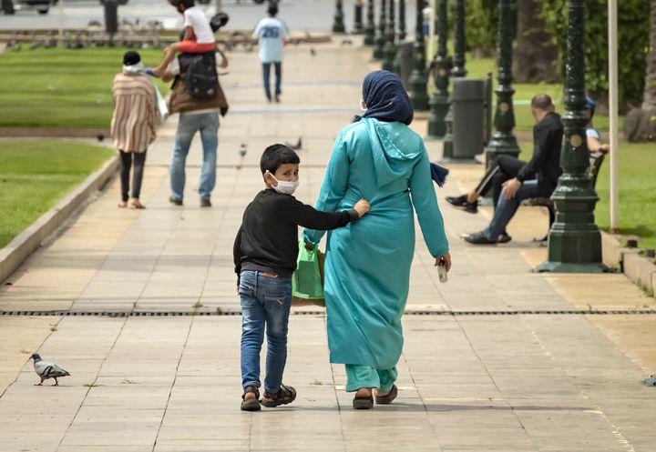Une mère marche avec son fils à Rabat, le 16 juin 2020. (FADEL SENNA / AFP)