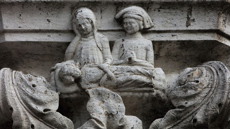 Parents pleurant la mort d'un enfant, colonne sculptée en 1340 -1355 sur le Palais des Doges, à Venise. (MANUEL COHEN / MANUEL COHEN)
