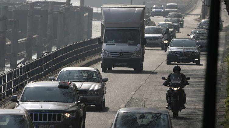 Une rue pleine de véhicules en plein pic de pollution à Paris, le 14 mars 2014. (THOMAS SAMSON / AFP)