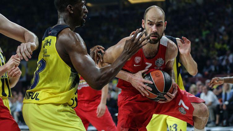 Ekpe Udoh, le joueur du Fenerbahçe, en défense devant Vassilis Spanoulis en finale de l'Euroligue (BERK OZKAN / ANADOLU AGENCY)
