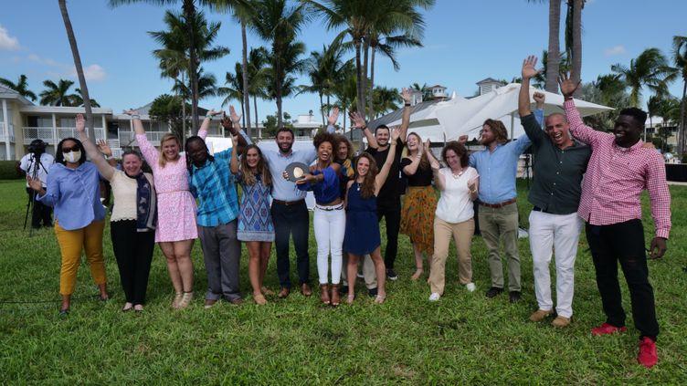"""L'équipe de """"Coral Vita"""" reçoit son prix pour son projet de sauvegarde des coraux lors du premier """"Earth Shot Prize"""". (EARTH SHOT PRIZE / PHOTO TRANSMISE PAR L'ORGANISATEUR)"""